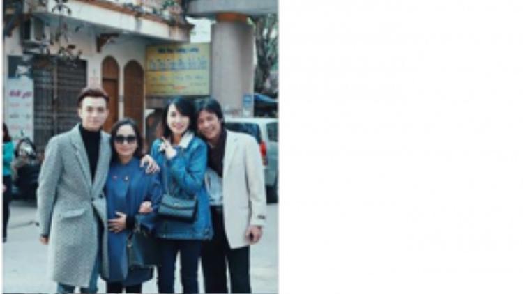 """Sau đêm thi cuối cùng trong năm, """"Hoàng tử"""" Soobin Hoàng Sơn ngay lập tức bay về Hà Nội để đón Tết cùng gia đình. Ngày mùng 1, nam ca sĩ đã đón năm mới trong vòng tay của gia đình."""