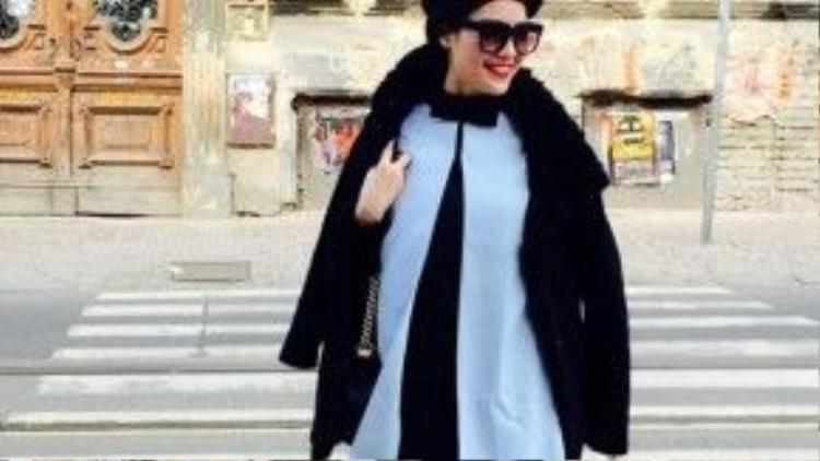 Váy đẹp và boot tôn lên đôi chân dài, Vân nên bỏ mũ và áo khoác lông đi đểtổng thể set đồ trở nên tinh tế hơn.