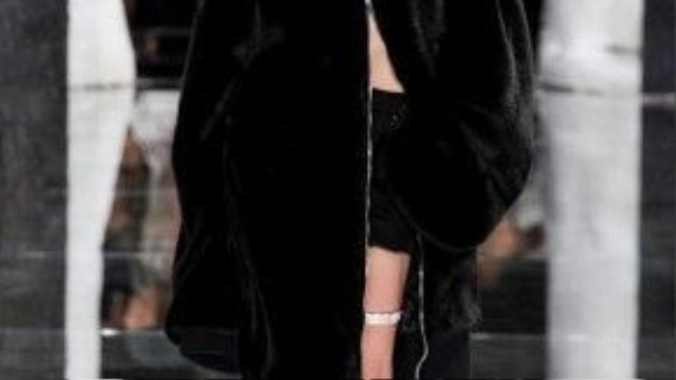 Gigi Hadid được chọn làm Vedette của show diễn.
