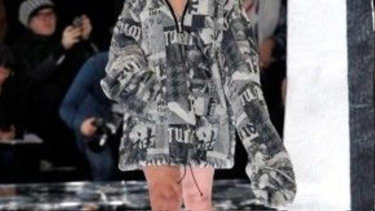 Rihanna kết show bằng màn trình diễn catwalk của chính cô với trang phục từ BST.