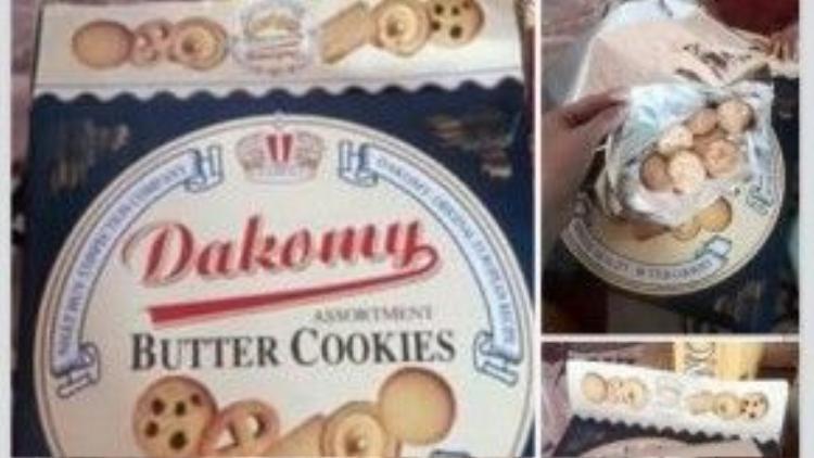 Rồi đến Dakomy được khuyến mãi thêm hai miếng bìa, bánh không có trong hộp thiếc.