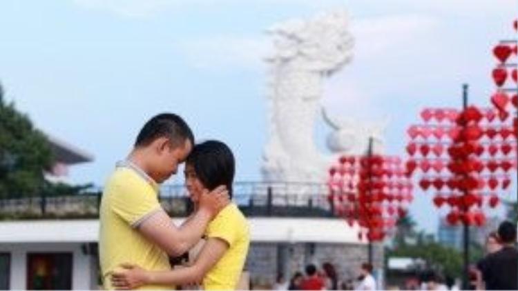 Cầu tình yêu là địa chỉ rất mới tại Đà Nẵng cho phép các cặp đôi gắn chiếc ổ khóa chứng minh tình cảm của nhau vào thành cầu. Ảnh: Ngôi sao.