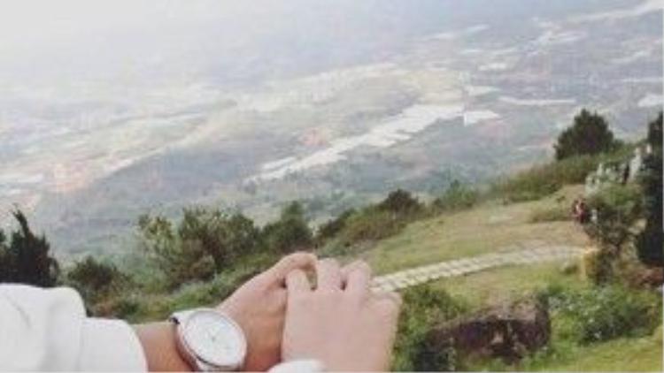 Hoàng Yến từng đăng tải những hình ảnh trong chuyến đi Đà Lạt với người yêu. Một điểm chung bạn có thể thấy rõ kể cả áo thun lẫn áo khoác, đồng hồ đôi đều giống…