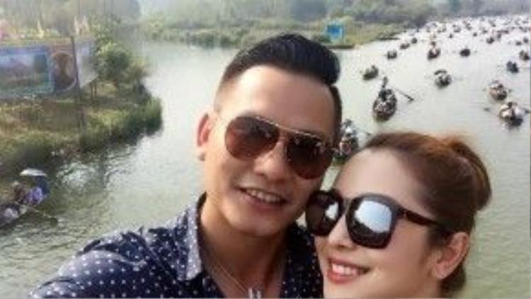 Vợ chồng Jennifer Phạm hạnh phúc cùng nhau đi chùa Hương vào mùng 6 Tết
