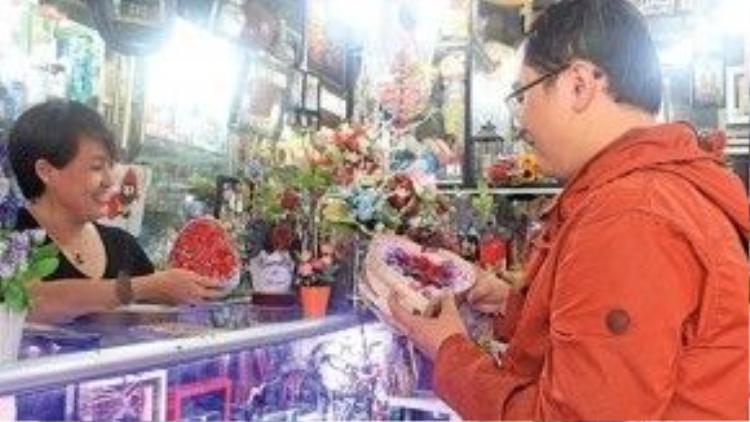 Chọn mua hoa hồng sáp trên đường Huỳnh Văn Bánh, Q.Phú Nhuận (TP.HCM), một trong những quà tặng được ưa chuộng trong dịp 14/2 năm nay - Ảnh: Tuổi Trẻ.