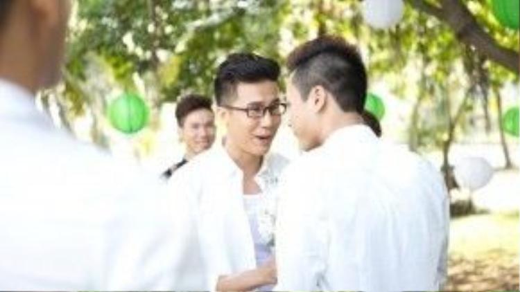 Những hình ảnh đám cưới đồng tính của biên đạo múa Lê Việt được đăng tải rộng rãi trên mạng sáng nay khiến nhiều người không khỏi ngỡ ngàng.