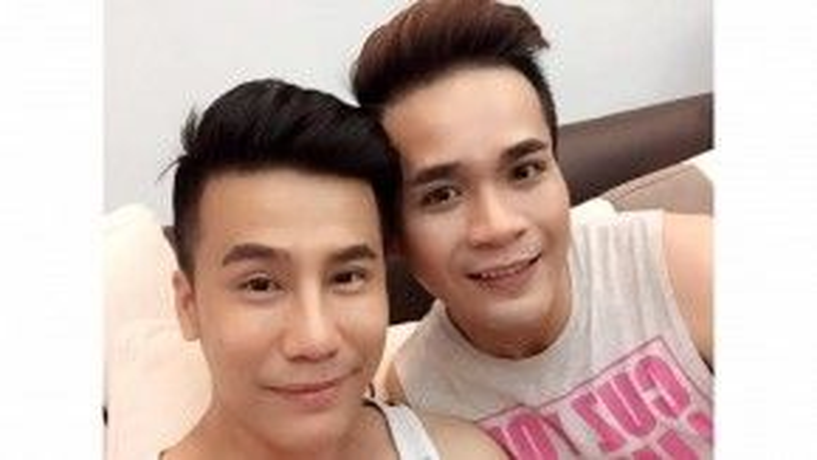 """Hình ảnh Lê Việt và bạn trai Luân Trần đăng tải trong đêm trước ngày cưới với caption """"Thức trắng đêm nay""""."""