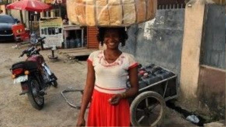 Cô bán bánh mỳ trông rất giản dị trong một ngày làm việc bình thường.