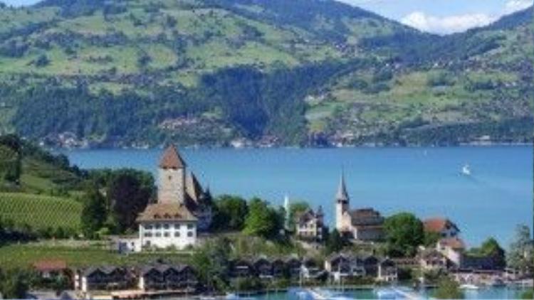 Interlaken, Thụy Sĩ: Khung cảnh hùng vĩ và nên thơ vùng Interlaken khiến bạn chỉ nhìn thôi cũng đã thấy tâm hồn trở nên bình yên. Wander With Laura nhận định Thụy Sĩ là một trong những quốc gia đẹp nhất thế giới. Ảnh: Prime-travel.