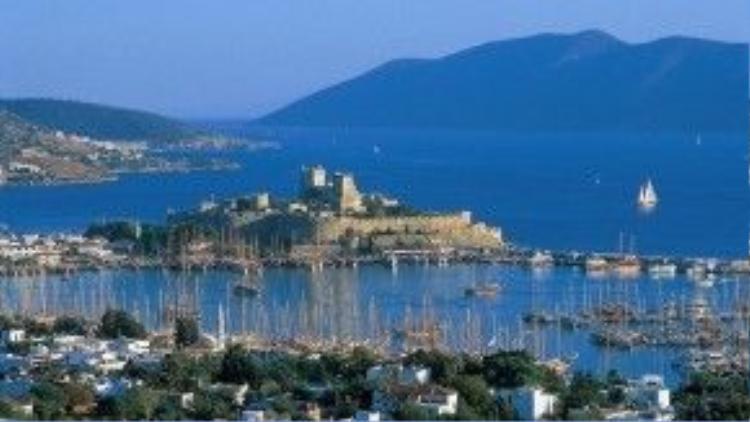 Bodrum, Thổ Nhĩ Kỳ: The World Pursuit cho biết cảm giác đi dọc những con ngõ rải sỏi vắng vẻ của Bodrum giống như đang ở trên thiên đường vậy. Du khách sẽ có cơ hội ngắm nhìn biển xanh, những con thuyền xinh đẹp ở nơi bình yên này. Ảnh: Charterworld.