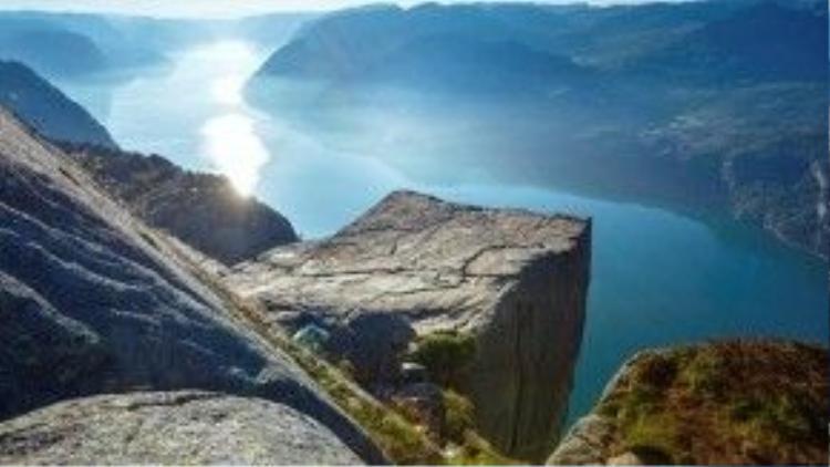 Stavanger, Na Uy: Stavanger là một trong những thiên đường đẹp nhất thế giới. Sidles Adventures cho biết không chỉ khung cảnh thiên nhiên khiến du khách choáng ngợp, mà cảm giác đứng trên đỉnh Pulpit nhìn xuống vịnh thật không gì sánh được. Ảnh: Radissonblu.
