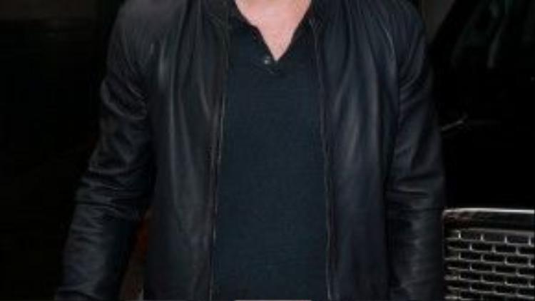 """Bomber jacket da đen tôn lên sự phong độ cho chàng """"siêu anh hùng""""."""