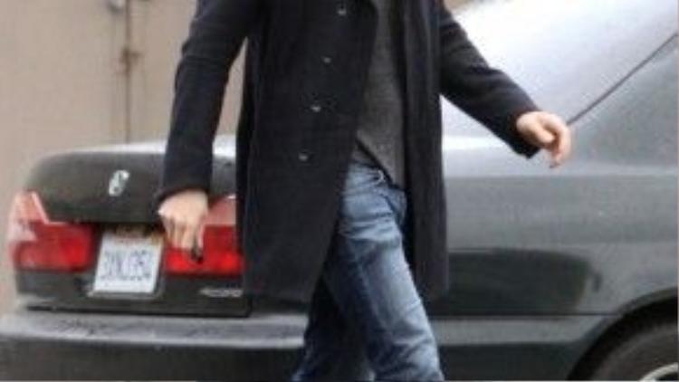 Với long coat đen và quần jean ống loe nhẹ này trông Ryan hệt như một nam thần bước ra từ truyện tranh.