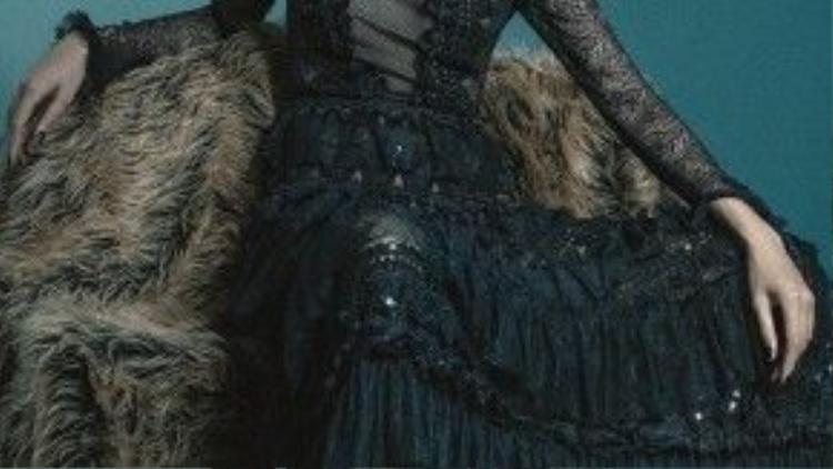 Những trend như áo lông, vải xuyên thấu hay chi tiết bèo nhún được sử dụng nhiều trong bộ ảnh.