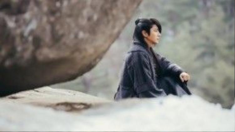 """""""Hoàng tử thứ tư Wang So"""" Lee Jun Ki trầm tư trong phim."""