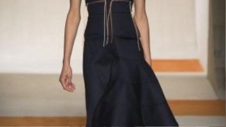 Những chiếc áo ôm không dây bó sát đường cong cơ thể, cắt dọc phần eo và ngực một cách khéo léo.