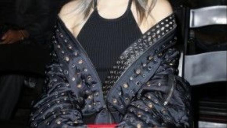 Cl trong show diễn của Alexander Wang. Cô diện một chiếc jacket nạm đinh khoác hờ phối cùng áo yếm và quần baggy màu đỏ nổi bật.