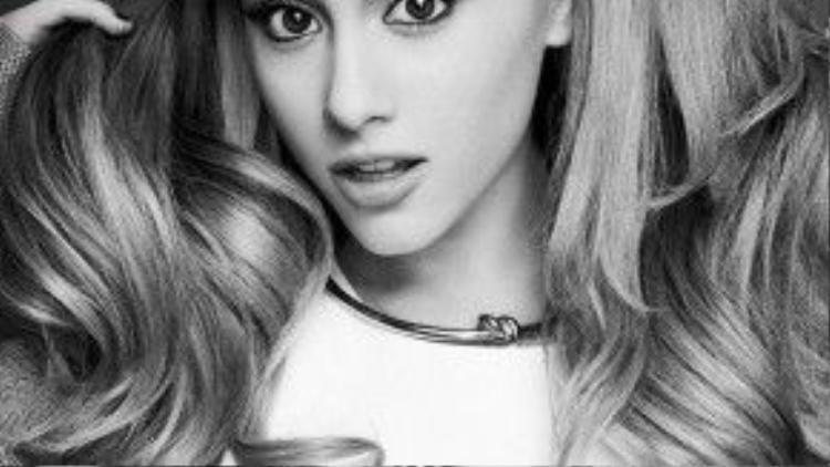 Cô nàng Ariana luôn thu hút ánh nhìn bởi đôi mi cong vút.