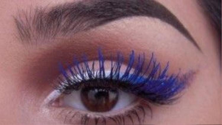 """Ngoài đem lại cho đôi mắt sự nổi bật ra Color mascara NYX Blue còn mang tinh chất dưỡng mi nhẹ và rất dễ để tẩy trang do không bám mi quá lâu và khó remove như những """"họ hàng"""" khác."""