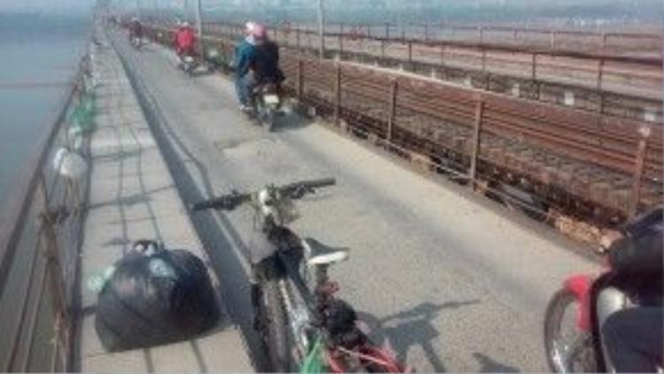 Trong gần 3 giờ đồng hồ, Hoàng Anh đã thu gom hết túi nilon treo trên thành cầu Long Biên.