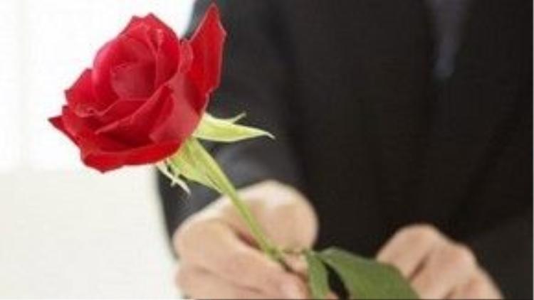 Người vợ bị gãy xương sườn sau khi nhận bó hoa hồng đầu tiên từ chồng.