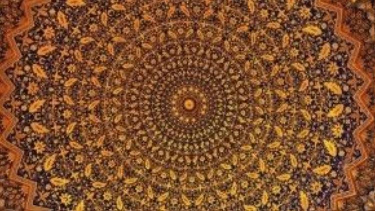 """Thành phố của những mái vòm: Samarkand là thành phố của những mái vòm và chúng trông đẹp hơn rất nhiều khi nhìn từ bên trong. Các mái vòm cao và rộng lớn chính là di sản mà kiến trúc của thời Tamerlane để lại. Samarkand nhận được danh hiệu di sản thế giới của UNESCO nhờ có các kiệt tác kiến trúc này. Trong hình là trần thánh đường Tilla Kari (nghĩa là """"bọc vàng""""), nằm trong khu Registan. Ảnh: Jill Potter."""