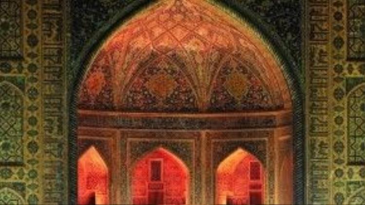 """Trái tim của một đế chế: Dù cho Tamerland vốn nổi tiếng nhờ Uzbekistan -nơi đế chế của ông từng trải dài khắp các vùng đất từ Ấn Độ tới Thổ Nhĩ Kỳ, Nga, Ả Rập Saudi, thì nơi tập trung sự trị vì của ông vẫn là Registan (hay """"miền cát"""" ở Perisian) tại Samarkand. Quảng trường này từng là nơi đưa ra các tuyên bố hoàng tộc cũng như nơi thực hiện những vụ xử tử công khai. Ngày nay, Registan là địa điểm tổ chức nhiều sự kiện chính, bao gồm các lễ hội âm nhạc. Ảnh: Jill Potter."""