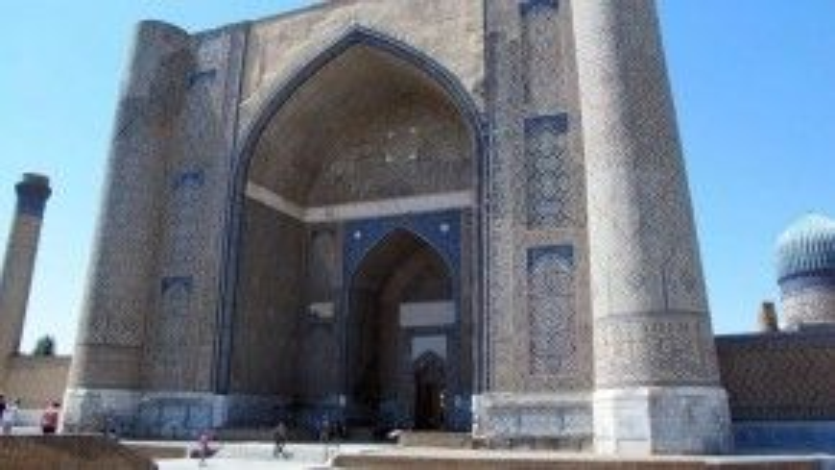 Những thánh đường lớn:Xây dựng với kích cỡ đáng kinh ngạc, các thánh đường ở Samarkand và nhiều công trình lịch sử khác vượt xa cả thành phố hiện đại. Ví dụ như thánh đường Bibi Khanum, nơi Tamerland xây sau khi ông đánh chiếm Ấn Độ cuối thế kỷ 14. Công trình này có đến 450 cột đá cẩm thạch được dựng nên nhờ sức của 100 con voi. Ảnh: Tim Johnson.
