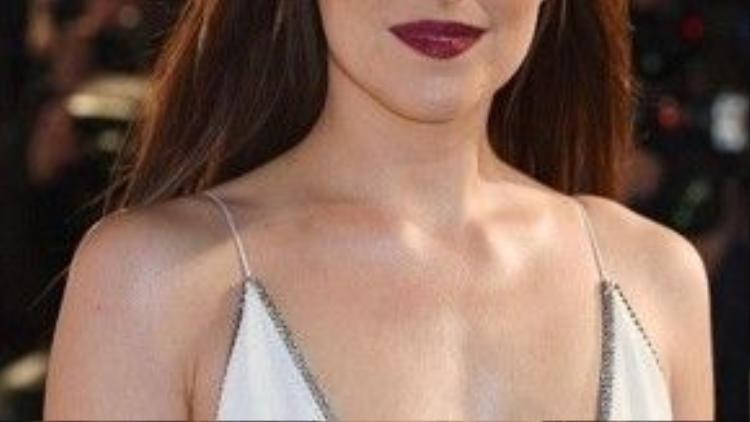 Cô luôn chọn những thiết kế váy khoét cổ sâu chữ V hay tròn rộng để khoe được vòng một cuốn hút.