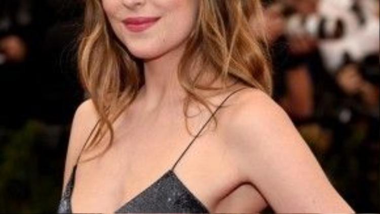 """Có thể thấy váy hai dây là một trong những thứ """"vũ khí"""" đắc lực mà Dakota Johnson đang dùng để """"tấn công"""" fan hâm mộ."""