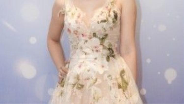 Chiếc váy hoa màu đào rất hợp cùng màu son cam nude.