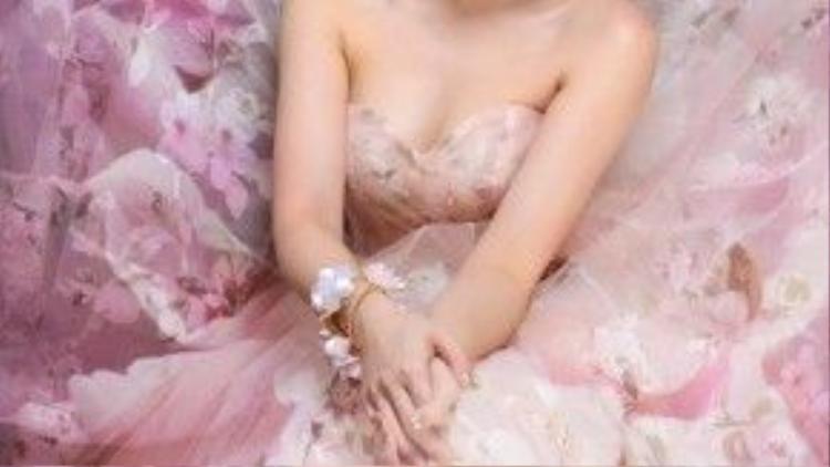 Người đẹp trông thùy mị hơn trong chất liệu voan mềm mại.