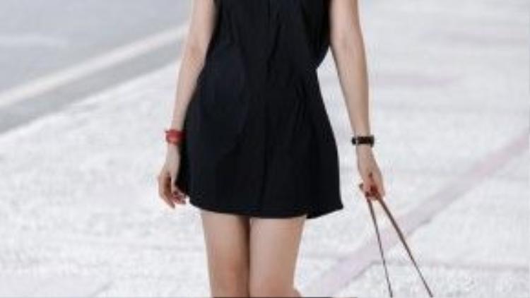 Little black dress với chiếc túi nâu.