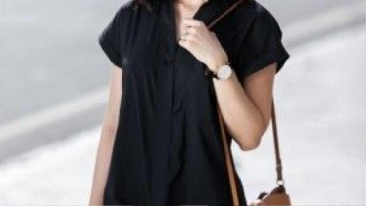 Phụ kiện đi kèm của cô nàng bao gồm : Kính, đồng hồ, túi và vòng tay da.