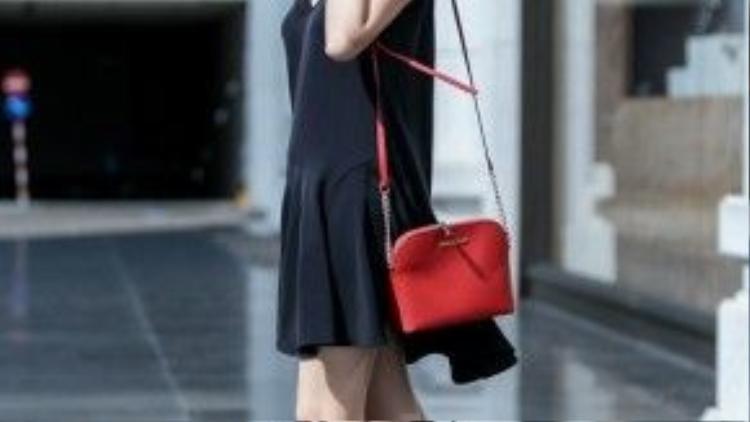 Để nổi bật, cô chọn cho mình đôi giày và chiếc túi với cùng tông đỏ.