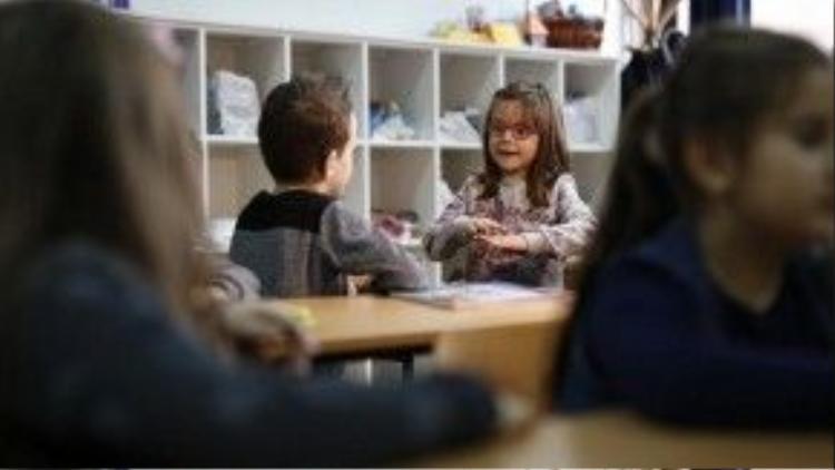 Một bạn nữ trong lớp trò chuyện với Zejd bằng ngôn ngữ ký hiệu.