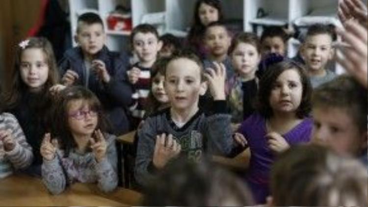Cả lớp đang học ngôn ngữ ký hiệu cùng Zejd.