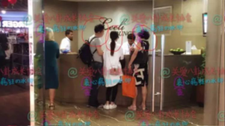 Cả hai bị bắt gặp đang làm thủ tục khách sạn. Đi cùng còn có dì của Triệu Lệ Dĩnh.
