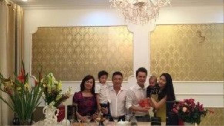 Vợ chồng Đăng Khôi chụp ảnh cùng bố mẹ trong dịp Tết.