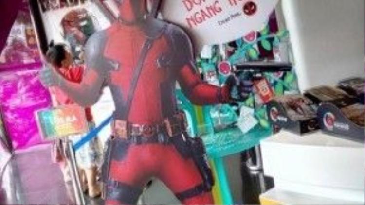Tại các rạp Việt cũng như khắp nơi trên thế giới, hình ảnh Deadpool tràn ngập với đủ mọi tư thế. Bất cứ khán giả nào cũng sẽ muốn được chụp hình kỷ niệm với anh chàng này.