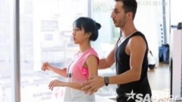 Nikolay cũng hỗ trợ cô nàng khá nhiều trong bài tập này.