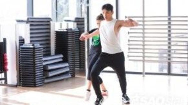 Thuận Nguyễn cùng bạn nhảy rất tập trung trên sàn tập.