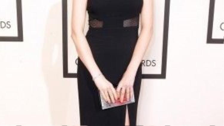 Nữ diễn viên Anna Kendrick vừa dễ thương vừa hấp dẫn với bộ đầm tôn dáng.