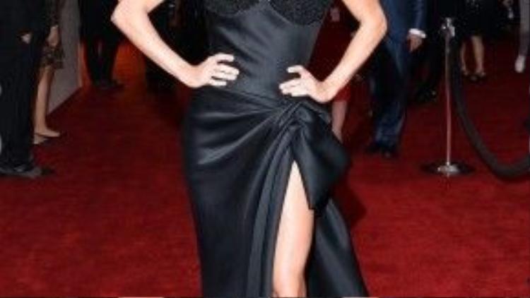 Ngôi sang nhạc đồng quê Carrie Underwood xinh đẹp bí ẩn với váy đen.