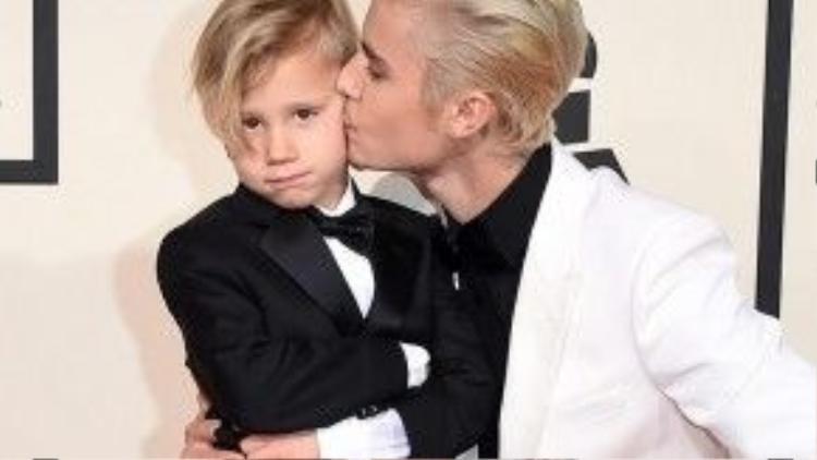 Justin Bieber xuất hiện cực tình cảm và đáng yêu bên cạnh cậu em trai nhỏ trên thảm đỏ.