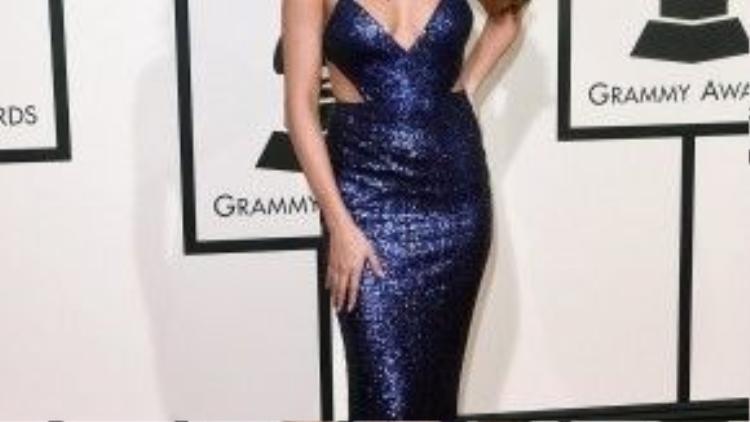 """Selena Gomez quyến rũ hết """"công suất"""" với chiếc váy xanh lấp lánh."""