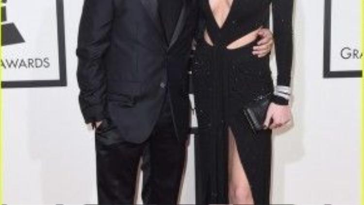 The Weeknd đến cùng bạn gái để chờ đợi kết quả cho giải: Album của năm, Bản thu âm của năm, Màn trình diễn Pop hay nhất, Album đương đại hay nhất.