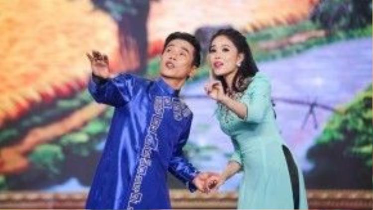 Cặp đôi Quán quân và Á quân của Solo cùng Bolero 2014 là Lâm Ngọc Hoa và Lê Minh Trung cùng song ca với ca khúc Đưa em qua cánh đồng vàng của nhạc sĩ Hoàng Thi Thơ. Do thường xuyên song ca với nhau nên cả hai phối hợp khá ăn ý.