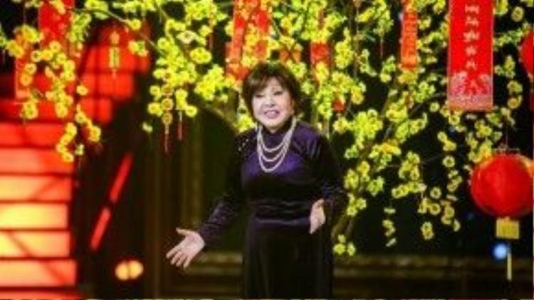 Nghệ sĩ Hồng Nga xúc động và bật khóc trên sân khấu.