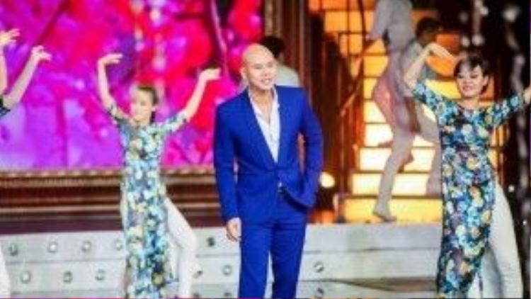 Ca sĩ Phan Đinh Tùng mang đến không khí tươi vui, rộn ràng cho Tình Ca Việt với ca khúc Xuân họp mặt của nhạc sĩ Văn Phụng.